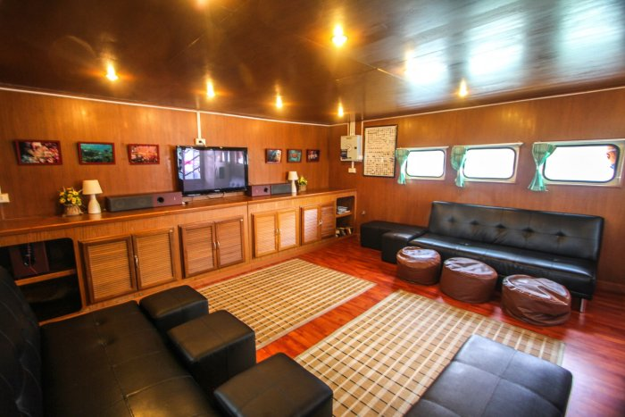 liveaboards_mantaqueen3saloon.jpg