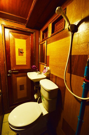 liveaboards_mantaqueen6bathroom.jpg