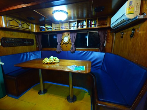 liveaboards_mantaqueen6saloon.jpg